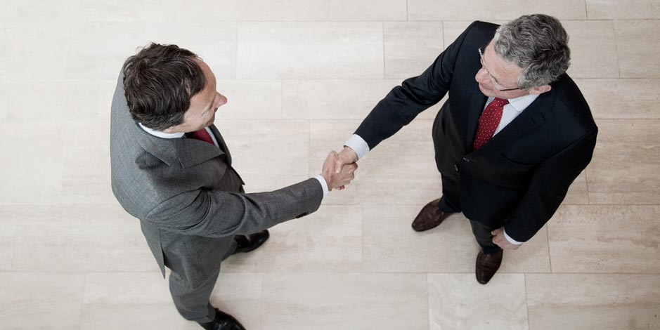 George en Remmelt handen schudden